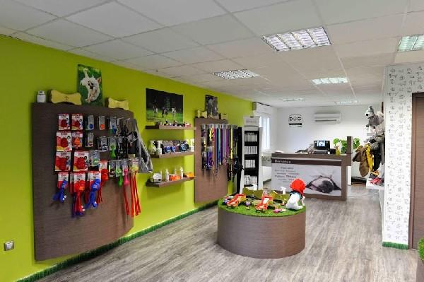La Boutique du DOG HOTEL RESORT avec les produits : Alimentation ATAVIK, harnais ANIMALIN, JULIUS-K9 , jouets KONG etc ...